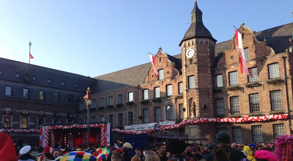 Karneval auf dem Rathausplatz in Düsseldorf
